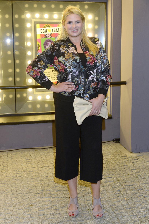 Elżbieta Romanowska na każdym kroku udowadnia, że nie trzeba nosić rozmiaru 36 czy 38, by wyglądać stylowo, a ubrania z metką XXL już dawno nie oznaczają nudnych, pozbawionych kształtów worków. W przypadku niezobowiązujących spotkań, Elżbieta Romanowska najczęściej wybiera klasyczny zestaw - marynarka, T-shirt, dżinsy i delikatny makijaż. Natomiast przygotowując się już do uroczystej gali, przy doborze kreacji korzysta z pomocy projektantek i krawcowych, które realizują jej indywidualne zamówienia.