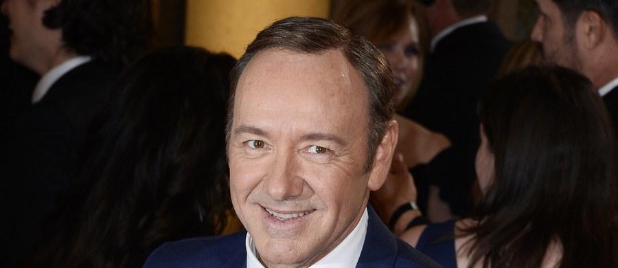 Kevin Spacey miał otrzymać honorową Międzynarodową Nagrodę Emmy - tzw. Nagrodę Założycieli. Przyznawana jest twórcom, którzy przyczyniają się do podnoszenia jakości produkcji telewizyjnych. Jednak w związku z oskarżeniami o molestowanie w przeszłości nieletniego aktora, Akademia odwołała swoją decyzję.
