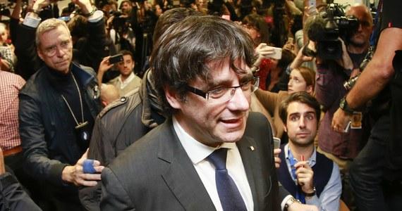 Troje współpracowników Carlesa Puigdemonta, zdymisjonowanego szefa rządu Katalonii, we wtorek wróciło z Brukseli do Barcelony. Sam Puigdemont wraz z trzema innymi politykami katalońskimi pozostał w Brukseli - poinformowały w środę belgijskie media.
