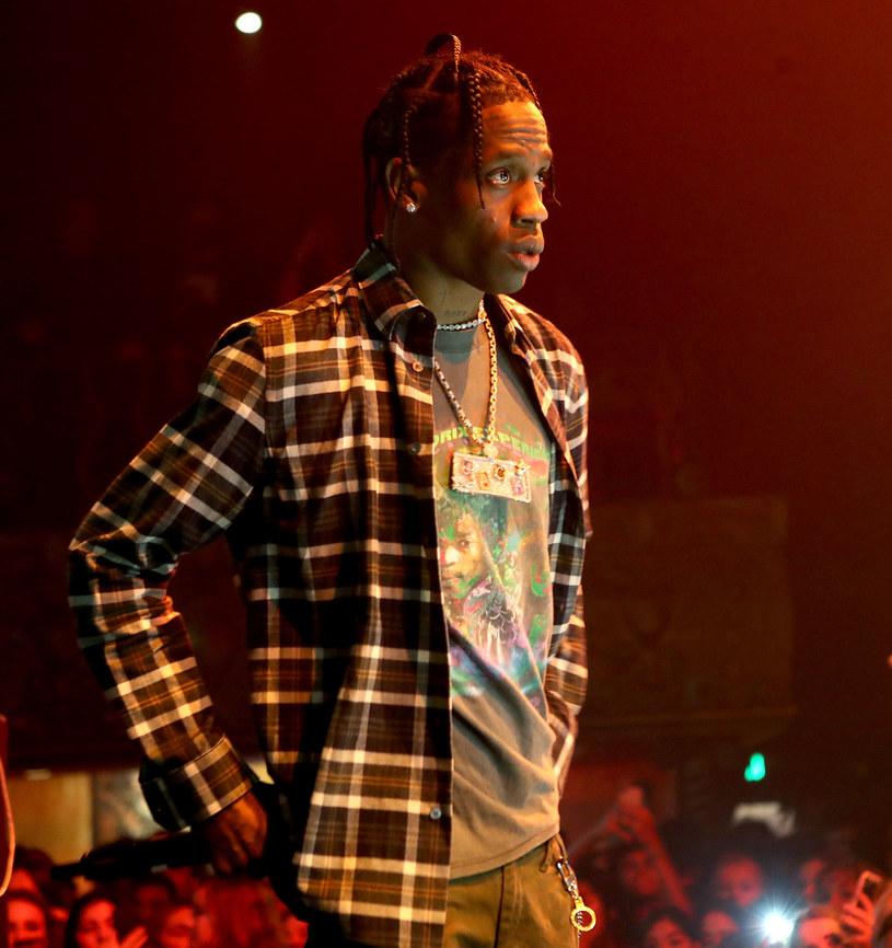 Fan, który wiosną odniósł poważne obrażenia w trakcie koncertu Travisa Scotta, skierował do sądu pozew przeciwko raperowi.