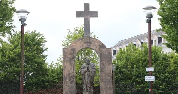 Zakopane, a także Węgry są gotowe przyjąć francuski pomnik Jana Pawła II znajdujący się w mieście Ploermel. Dziś władze Zakopanego oraz rząd w Budapeszcie złożyły deklaracje w tej sprawie. Oba oświadczenia to rezultat decyzji Rady Stanu, najwyższego organu sądownictwa administracyjnego we Francji, która podtrzymała wyrok sądu niższej instancji, nakazujący usunięcie krzyża wieńczącego pomnik Jana Pawła II w Ploermel.