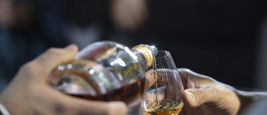Najdroższa na świecie whisky, której niewielki kieliszek kosztował chińskiego pisarza - milionera ponad 7,5 tysiąca funtów, okazała się fałszywa. Wykazały to przeprowadzone niedawno badania laboratoryjne.