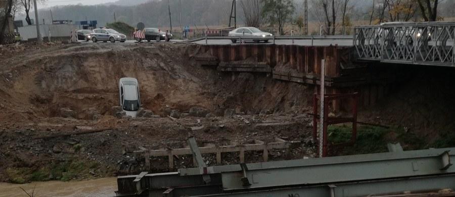 Do nietypowego wypadku doszło dziś nad ranem na drodze krajowej numer 75 w Brzesku w Małopolsce. Na trasie z Nowego Sącza w miejscu, gdzie budowany jest most na rzecze Uszwica, kobieta spadła autem ze skarpy. Jak powiedziała policji, tak pokierowała ją nawigacja. Na szczęście ani kierującej ani pasażerowi auta nic się nie stało. Zdjęcia z miejsca wypadku dostaliśmy na Gorącą Linię RMF FM.