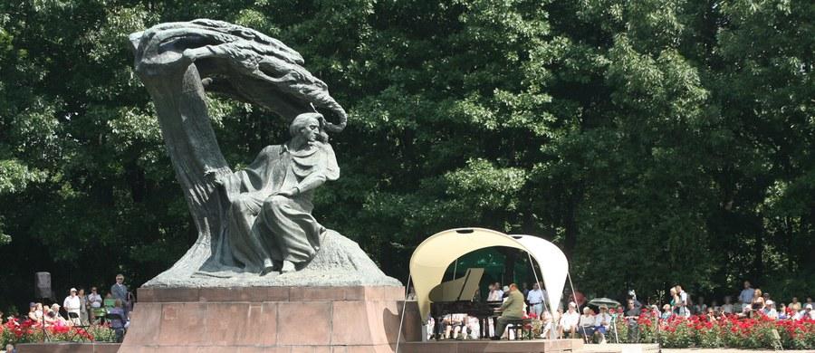 """Fryderyk Chopin długo chorował na płuca, zmarł na serce - stwierdzili polscy naukowcy. Analiza wyników oględzin słoja z sercem kompozytora, przeprowadzonych w 2014 roku wskazuje, że bezpośrednią przyczyną śmierci Chopina było zapalenie osierdzia, ciężkie powikłanie gruźlicy. O wynikach badań, które w lutym przyszłego roku opublikuje czasopismo """"The American Journal of Medicine"""" mówi RMF FM prof. dr hab. Michał Witt, kierownik Zakładu Genetyki Molekularnej i Klinicznej Instytutu Genetyki Człowieka Polskiej Akademii Nauk w Poznaniu."""