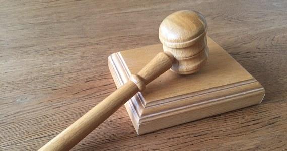Sąd w Zgierzu wydał wyrok ws. 27-letniego kierowcy, który potrącił na przejściu dla pieszych 55-letnią kobietę i uciekł z miejsca zdarzenia. Mężczyznę skazano na 7 lat więzienia i dożywotni zakaz prowadzenia samochodów. Ma też zapłacić po 10 tys. zł nawiązki dla ojca i syna zmarłej kobiety.