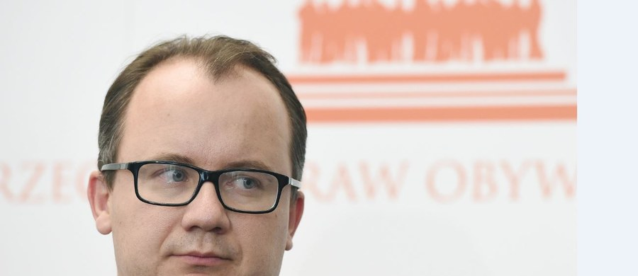 """""""Zapisy projektu ustawy o jawności życia publicznego mogą znacznie ograniczyć dostęp do informacji publicznej"""" - uważa Rzecznik Praw Obywatelskich Adam Bodnar. Przy okazji kwestionuje też m.in. poszerzenie kręgu osób mających składać oświadczenia majątkowe, których może być nawet 1,5 mln. """"Uważam, że prace nad projektem ustawy o jawności życia publicznego, ze względu na obawy o obniżenie standardu ochrony praw obywatelskich w Polsce oraz poważne wady legislacyjne, nie powinny być w tym kształcie kontynuowane"""" - czytamy w liczącej 35 stron opinii RPO."""