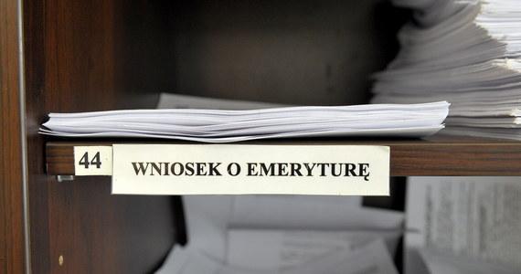 """Stare dowody osobiste, wydawane w formie zielonej książeczki, książeczki zdrowia oraz zeznania świadków mogą potwierdzić staż pracy, od którego zależy wysokość emerytury - przypomina Zakład Ubezpieczeń Społecznych. Rzecznik ZUS Wojciech Andrusiewicz wyjaśnia, że w sytuacji, kiedy podatnik nie ma dokumentów, które bezpośrednio potwierdzają lata pracy, pomocny może być m.in. """"stary"""" dowód osobisty. """"Jeżeli nie ma dokumentacji ws. pracy to są dowody pośrednie jak: wpisy w starych dowodach osobistych, książeczka zdrowia, czy inne dokumenty z pracy, potwierdzające awanse z wynagrodzeniem"""" - dodaje."""