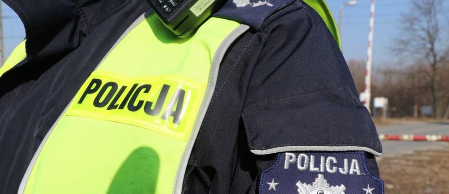 Policja i prokuratura z Poddębicy w woj. łódzkim wyjaśniają okoliczności śmierci 14-letniego chłopca. Jego ciało znaleziono w samochodzie przy drodze w gminie Uniejów.