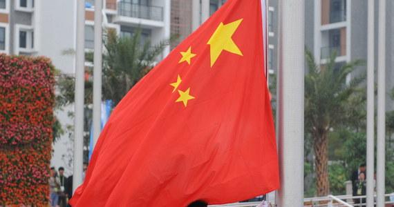"""Znieważenie hymnu państwowego w Chinach jest teraz przestępstwem zagrożonym karą do trzech lat więzienia - wynika z noweli kodeksu karnego przyjętej w sobotę przez parlament. Do tej pory za nieodpowiednie wykonywanie """"Marszu ochotników"""" groziło 15 dni aresztu."""