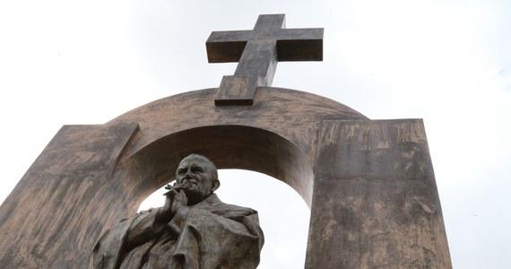 Deklaracja premier Beaty Szydło ws. pomnika Jana Pawła II we Francji jest zdecydowana i jasna - powiedział minister spraw wewnętrznych i administracji Mariusz Błaszczak. Dodał jednocześnie, że sprawa pomnika zależy też od strony francuskiej.