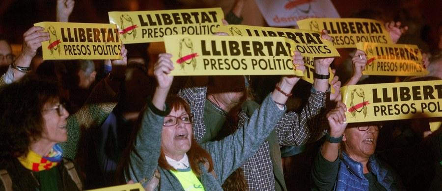 """Osadzeni w czwartek ministrowie odwołanego przez Madryt katalońskiego rządu Carlesa Puigdemonta skarżą się na złe traktowanie przez policję i służby więzienne. W sobotę adwokat dziewięciu katalońskich polityków poinformował o """"nadużyciach"""" wobec aresztowanych. Jak powiedział katalońskiemu dziennikowi """"El Nacional"""" adwokat Andreu Van den Eynde, transport siedmiu ministrów do więzienia dla mężczyzn Estremera odbywał się w warunkach, które """"prawdopodobnie wykraczały poza normy"""". Tymczasem odsunięty od władzy przez Madryt premier Katalonii Carles Puigdemont kontynuuje kampanię na rzecz katalońskiej niepodległości. W sobotę zaapelował na Twitterze o zjednoczony front zwolenników niepodległej Katalonii."""