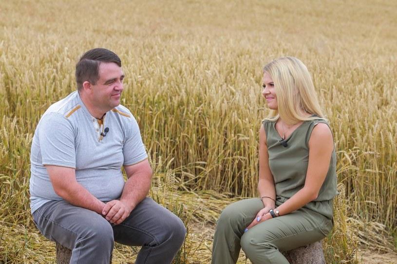 """Takich rzeczy widzowie programu """"Rolnik szuka żony"""" jeszcze nie oglądali. W dziewiątym odcinku czwartej edycji produkcji TVP okazało się, że aż dwóch rolników zostało samych, bo wszystkie kandydatki wyjechały z ich domów. Marta Manowska przed kamerami nie mogła ukryć łez."""