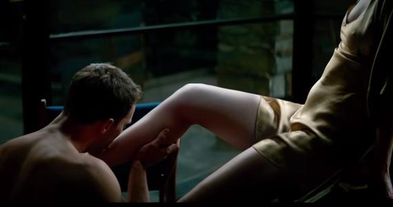 """Do sieci trafił pierwszy polski zwiastun filmu """"Nowe oblicze Greya"""". Premiera obrazu, w którym główne role grają Dakota Johnson i Jamie Dornan, planowana jest na Walentynki 2018 roku."""