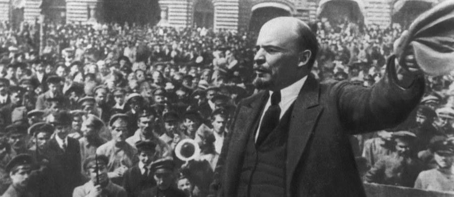 W nocy z 6 na 7 listopada 1917 r. rozpoczął się w Rosji bolszewicki zamach stanu. W jego wyniku obalono Rząd Tymczasowy i utworzono Radę Komisarzy Ludowych, na której czele stanął przywódca bolszewików Włodzimierz Lenin. Wydarzenia z listopada 1917 r. były początkiem krwawych rządów komunistów, które pochłonęły miliony ofiar.