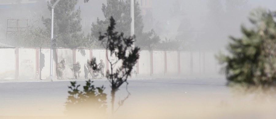 Co najmniej dwie osoby zginęły, a 20 zostało rannych we wtorek w ataku uzbrojonych napastników przebranych za policjantów na siedzibę prywatnej telewizji Szamszad w stolicy Afganistanu, Kabulu. Sytuację opanowano; większość pracowników stacji jest bezpieczna.
