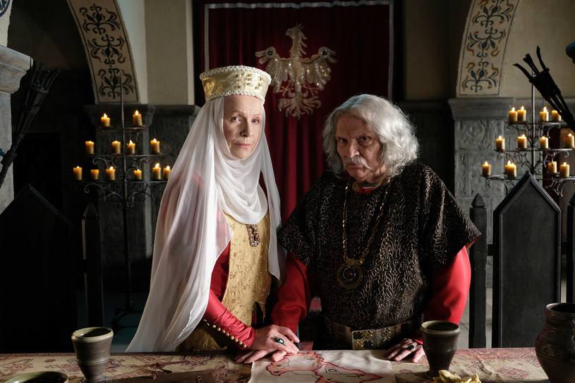 """Serial """"Korona Królów"""", który miał w listopadzie pojawić się na antenie TVP1, zadebiutuje dopiero po nowym roku. Premierę przesunięto na styczeń 2018 roku."""