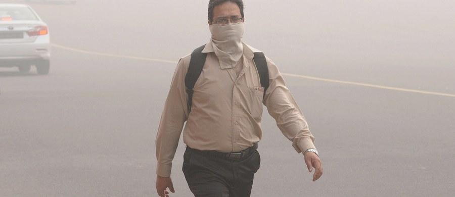 """Smog paraliżuje Delhi, stolicę Indii. Poziom zanieczyszczenia powietrza 30-krotnie przekroczył limity Światowej Organizacji Zdrowia. Niezależne stowarzyszenie medyczne ogłosiło """"alarm zdrowotny"""" i naciska na rząd, by podjął wszelkie możliwe działania w celu zmniejszenia zagrożenia."""
