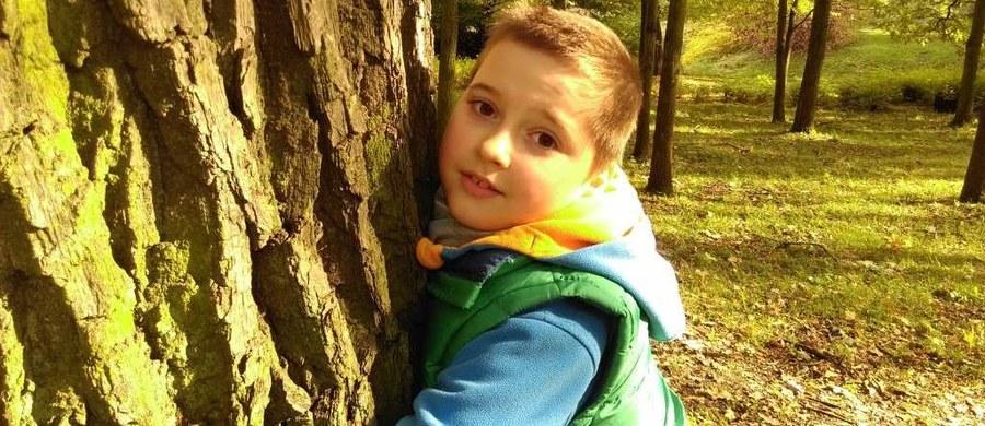 """9 – tyle lat ma Karol. Obecnie walczy z ostrą białaczką szpikową. 3 – to liczba śmiertelnych chorób, z którymi musiał się zmagać do tej pory. 25 – to litry kroplówek, które dziecko przyjmuje w ciągu tygodnia. 50 – liczba punkcji szpiku, które przeszedł. 300 – liczba pobrań krwi, które odbył. 3 – tylko tyle dni chłopiec spędził w szkole w swoim życiu. Karol potrzebuje jednego zgodnego dawcy szpiku, który da mu szansę na nowe życie. Liczba dostępnych dawców dla chłopca na całym świecie – zero. Dlatego potrzebni są nowi! Zarejestruj się – może to właśnie Ty jesteś """"bliźniakiem genetycznym"""" Karolka i dasz mu szansę na wyzdrowienie."""