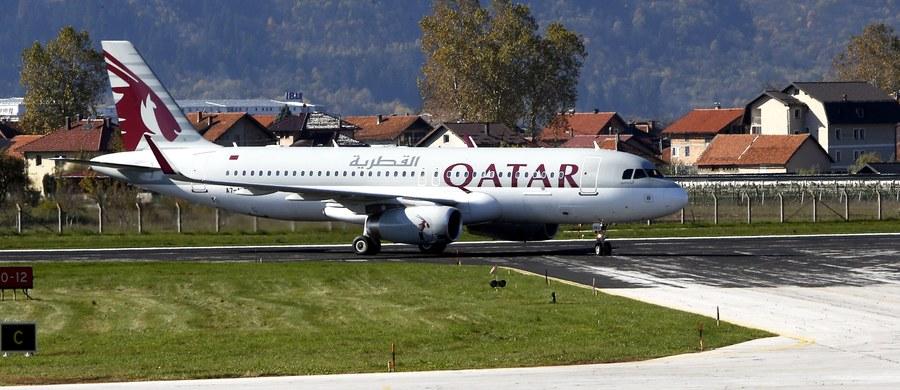 10 kilometrów nad ziemią pasażerka samolotu wywołała taką awanturę, że pilot został zmuszony do tego, żeby wylądować na pobliskim lotnisku. Kobieta podczas lotu dowiedziała się, że jej mąż ją zdradza.