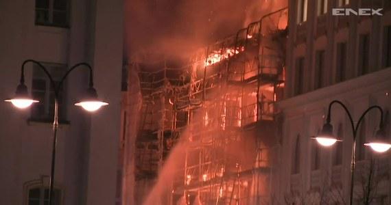 W centrum Sztokholmu doszło do pożaru remontowanej kamienicy. Ogień objął cały budynek. Siły porządkowe odgrodziły zagrożony teren. Nad miastem unosił się słup czarnego dymu i iskier. W pewnym momencie na nagraniu słychać silny wybuch. Prawdopodobnie doszło do eksplozji butli z tlenem. W wyniku pożaru dwie osoby trafiły do szpitala z powodu zatrucia dymem.