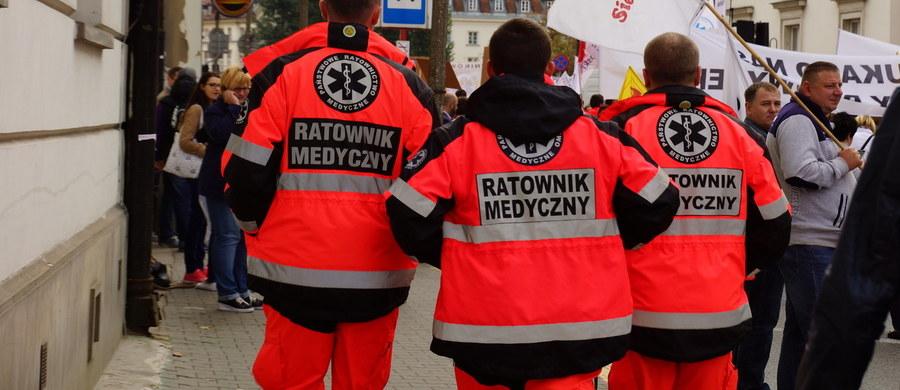 Trzy i pół tysiąca ratowników medycznych nadal nie dostało wynegocjowanych w lipcu podwyżek. Zgodnie z porozumieniem, które udało się wtedy podpisać po miesiącach protestów, już od prawie 5 miesięcy powinni zarabiać o 400 złotych więcej –  jednak wielu z nich nadal nie zobaczyło dodatkowych pieniędzy.