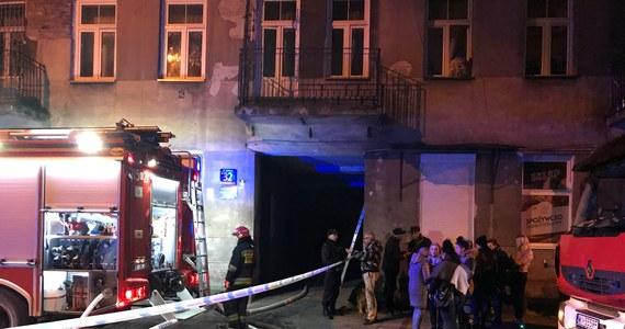 Jednak nie gaz, a eksplozja granatów, lub innych materiałów wybuchowych - to najbardziej prawdopodobna przyczyna wybuchu i pożaru w kamienicy na warszawskiej Pradze przy ulicy Siedleckiej  - ustalił reporter RMF FM Mariusz Piekarski. W eksplozji, do której doszło we wtorek wieczorem zginęła jedna osoba. Pięć - w tym małe dziecko - zostało rannych. Z budynku ewakuowano ponad 30 osób. Strażacy przez kilka godzin dogaszali pożar strychu i poddasza.