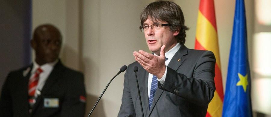 """Zdymisjonowany szef katalońskiego rządu Carles Puigdemont skrytykował w Brukseli Unię Europejską. Oskarżył ją o wspieranie """"zamachu stanu"""" w Katalonii, do którego jego zdaniem dąży premier Hiszpanii Mariano Rajoy."""