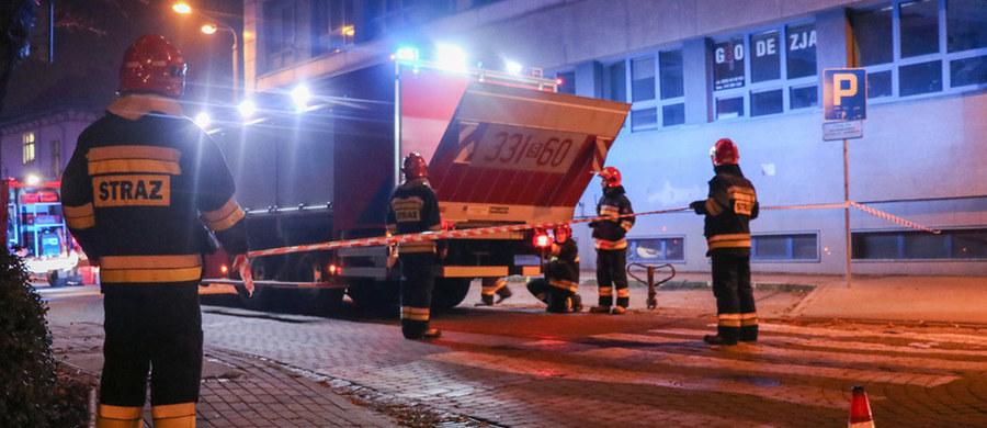 Specjaliści z laboratorium wojskowego w Puławach będą badać zawartość tajemniczej przesyłki znalezionej wczoraj na poczcie w Rybniku. Z oznaczeń na kopercie wynikało, że wewnątrz mogą znajdować się środki biologicznie niebezpieczne. Sprawą zajęła się już policja.