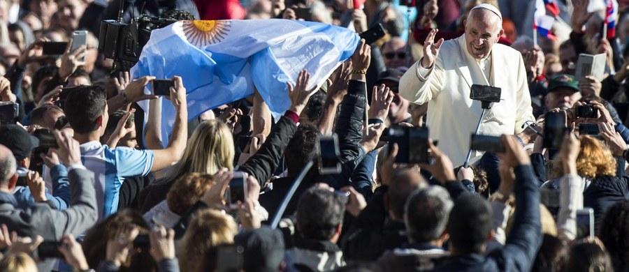 """W czasie mszy ksiądz mówi """"w górę serca"""", a nie """"w górę telefony komórkowe"""" - mówił papież Franciszek podczas audiencji generalnej w Watykanie. Wyznał, że smutkiem napawa go widok telefonów podczas mszy. """"Msza to nie spektakl"""" - podkreślił."""
