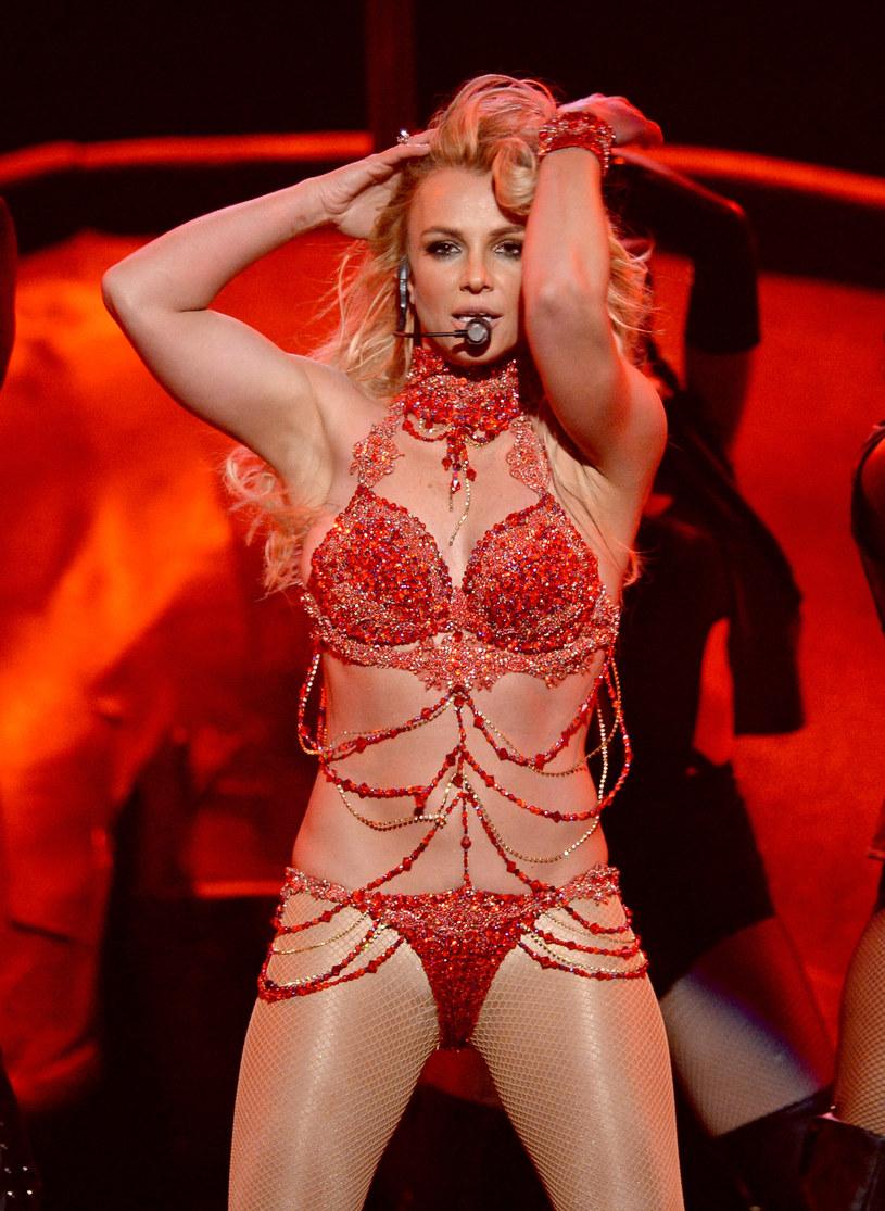 """Jakiś czas temu Britney Spears opublikowała na Instagramie zabawny filmik, na którym maluje obraz. Jej """"dzieło"""" sprzedano na aukcji za... 10 tysięcy dolarów. Dlaczego?"""