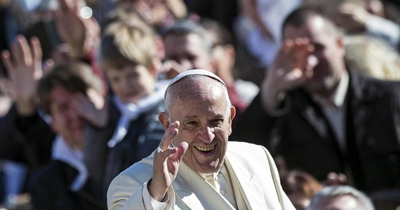 """Przed konklawe w 2013 roku Benedykt XVI, który ustąpił wtedy z urzędu, poprosił kardynała Jorge Bergoglio, by w razie wyboru uszanował decyzję kardynałów. Ujawniła to siostra papieża Franciszka, Maria Elena Bergoglio. Słowa siostry papieża przytoczono w wydanej we Włoszech książce o nim """"Inny Franciszek"""", której autorką jest watykanistka Deborah Castellano Lubov."""