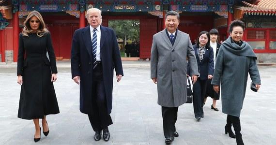 Umowy warte około 250 mld dolarów zawarły chińskie i amerykańskie firmy w czwartek - drugim dniu wizyty prezydenta USA Donalda Trumpa w Pekinie. Taka informacja została przekazana na konferencji prasowej. Tym samym przyjazd Trumpa okazuje się jedną z najbardziej owocnych wizyt przywódcy USA w Chinach.