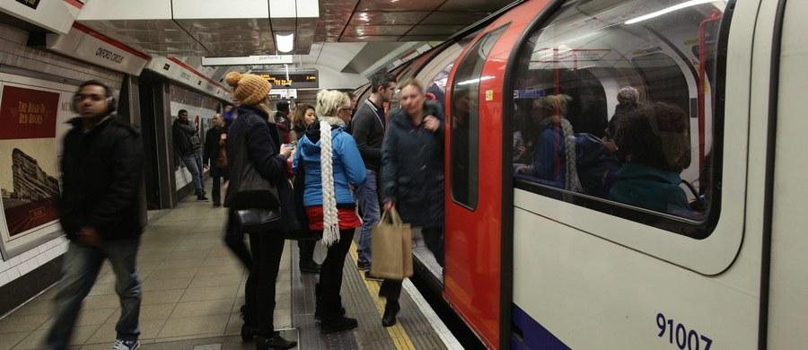 Brytyjska policja poszukuje członków gangu, którzy brutalnie pobili dwóch mężczyzn w londyńskim metrze, w tym - jak donoszą media - obywatela Polski. Opublikowano wizerunek osób, które mogą mieć związek ze sprawą.