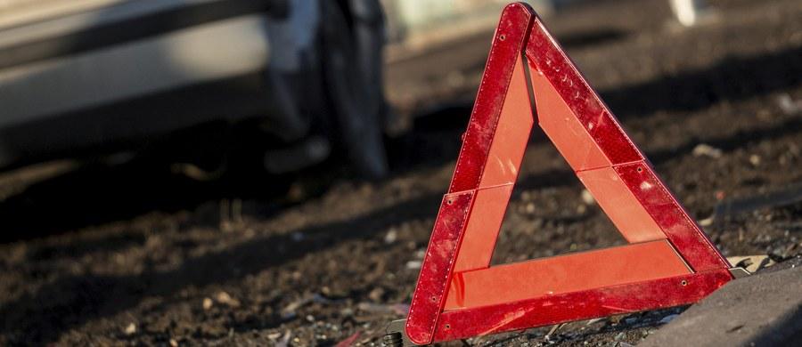 Osiem osób zostało rannych po zderzeniu busa z ciężarówką w Michałowie w Świętokrzyskiem. Jedna osoba w stanie ciężkim została przetransportowana śmigłowcem do szpitala.