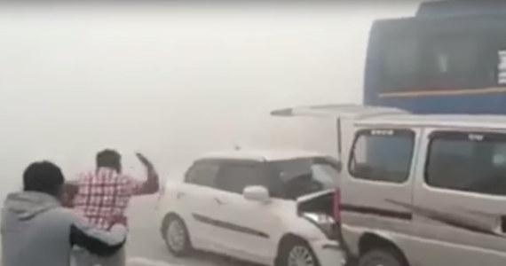 """6 osób zostało rannych w potężnym karambolu na autostradzie w Indiach. Samochody zderzyły się przez smog. Do zdarzenia doszło w okolicach Dankaur, położonego około 50 km od Delhi. Stolica Indii od trzech dni walczy z rekordowym zanieczyszczeniem powietrza. Normy Światowej Organizacji Zdrowia zostały przekroczone kilkudziesięciokrotnie. Gubernator Delhi Arvind Kejriwal nazwał miasto """"komorą gazową""""."""