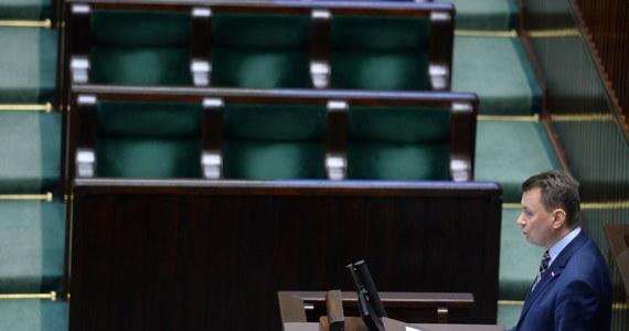 """Służba Ochrony Państwa zagwarantuje skuteczną ochronę najważniejszych ludzi i obiektów w państwie - przekonywał szef MSWiA Mariusz Błaszczak podczas wystąpienia przed posłami, którzy zajęli się dzisiaj projektem ws. powołania Służby Ochrony Państwa. Miałaby ona zastąpić Biuro Ochrony Rządu, o którym Błaszczak mówił, że przeprowadzony audyt """"pokazał zaniedbania, zaniechania i niedofinansowane BOR"""". """"Miarą dziadostwa, które miało miejsce przez lata, jest to, że więcej funkcjonariuszy odchodziło z Biura Ochrony Rządu, niż do niego przychodziło"""" - stwierdził szef MSWiA. Odrzucenia projektu o powołaniu SOP chcieli posłowie Platformy Obywatelskiej i Nowoczesnej. Marek Biernacki przekonywał, że SOP to """"formacja wzorowana chyba na rosyjskim pomyśle Federalnej Służby Ochrony"""". W podobnym tonie wypowiedział się Zbigniew Sosnowski z PSL, który stwierdził, że """"tworzy się wprost nową służbę specjalną""""."""