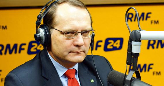 """""""Czas najwyższy, żeby ten spektakl zakończyć"""" - mówi w Popołudniowej rozmowy w RMF FM Eugeniusz Kłopotek pytany o to, czy powinno dojść do rekonstrukcji rządu. Kto jest największym szkodnikiem rządów PiS-u. """"Patrzę na to z punktu widzenia bezpieczeństwa: nas, Polaków, mojej rodziny. To, co wyprawia minister Macierewicz, budzi strach"""" – odpowiada poseł PSL. """"Dużo wątpliwości jest wokół ministra Waszczykowskiego, jeśli chodzi o sposób prowadzenia polityki zagranicznej"""" - dodaje. """"Naród żyje 500 plus. Dopóki nie ubywa z kieszeni, rządzący mogą hasać po wszystkich frontach"""" - twierdzi gość Marcina Zaborskiego. Polityk był też pytany o ewentualne zmiany w ustawie dotyczącej praw zwierząt. """"Nie ma mojej osobistej zgody na likwidację hodowli zwierząt futerkowych. To oznacza utratę miejsc pracy dla kilkudziesięciu tysięcy obywateli, a inni i tak to przejmą - poza naszymi granicami"""" - twierdzi. Przyznaje również, że nie znajduje w sobie motywacji do kolejnego kandydowania do Sejmu: """"Pięć kadencji, dwadzieścia lat, wystarczy""""."""