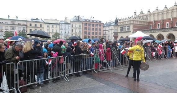 66. Lekcja Śpiewania z okazji Narodowego Święta Niepodległości odbędzie się 11 listopada na Rynku Głównym w Krakowie. Do rąk uczestników trafi 6,5 tysiąca bezpłatnych śpiewników, przygotowanych przez Kancelarię Prezydenta Miasta Krakowa.