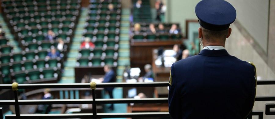 Sejm znowelizował tegoroczny budżet i ustawę okołobudżetową, co umożliwi m.in. wypłatę 2,3 mld zł rekompensat dla górników oraz 980 mln zł dla publicznych telewizji i radia. Przepadły wnioski PO i Nowoczesnej o odrzucenie noweli oraz poprawki dot. m.in. wstrzymania przekazania pieniędzy dla mediów. W czwartkowym głosowaniu nad nowelizacją budżetu wzięło udział 432 posłów, za uchwaleniem nowelizacji opowiedziało się 235, przeciw było 193 posłów, a 4 wstrzymało się od głosu. Natomiast w głosowaniu nad nowelą ustawy okołobudżetowej, która jest ściśle powiązana z budżetem, wzięło udział 430 posłów, 233 poparło nowelę, 196 było przeciw, a jeden się wstrzymał.