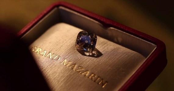 """Legendarny 19-karatowy brylant """"Le Grand Mazarin"""" wkrótce trafi pod młotek w Genewie. Kamień został nazwany imieniem słynnego kardynała Julio Mazarina. Przez 250 lat należał do skarbu francuskiej Korony Królewskiej. Nazwa diamentu pochodzi od pierwszego ministra i kardynała Julio Mazarina. Klejnot ozdabiał głowy aż 8 władców, w tym słynnego Ludwika XIV zwanego Królem Słońce. Aukcję klejnotu przeprowadzi dom aukcyjny Christie's w Genewie. Eksperci szacują, że jego cena może sięgnąć 5 mln dolarów, choć dla wielu ze względu na swoje historyczne pochodzenie jest unikatowy i bezcenny."""