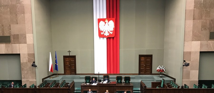 """Sejm uchwalił ustawę powołującą Biuro Nadzoru Wewnętrznego, które ma zajmować się nieprawidłowościami w pracy służb podległych MSWiA. Według ministra Mariusza Błaszczaka, ustawa """"daje realne narzędzia do nadzoru"""" nad podległymi służbami. Opozycja chciała jej odrzucenia. Za uchwaleniem ustawy głosowało 243 posłów, przeciw było 165, 5 wstrzymało się od głosu. Wcześniej posłowie nie zgodzili się na odrzucenie projektu ustawy, odrzucili też kilkadziesiąt poprawek zgłoszonych przez opozycję. Teraz ustawa trafi do Senatu."""