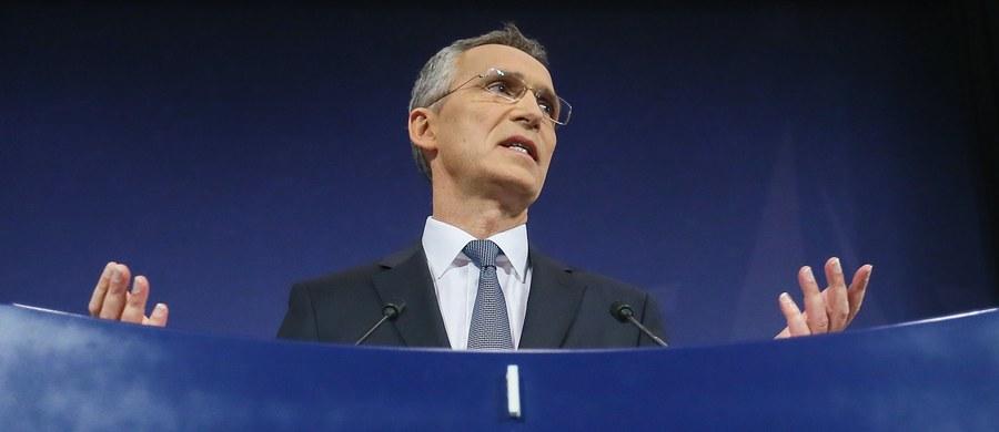 """Propozycja stworzenia nowych centrów dowodzenia, dostosowanie infrastruktury UE do przerzutu wojsk i zwiększenie szkoleniowego kontyngentu wojsk NATO w Afganistanie - to najważniejsze postanowienia zakończonego w czwartek spotkania ministrów obrony NATO. """"Nowa struktura dowodzenia jest reakcją NATO na nowe zagrożenia, w tym zagrożenia ze strony Rosji"""" - poinformował podczas spotkania sekretarz generalny NATO Jens Stoltenberg. Zaznaczył, że kształt i liczebność struktur dowodzenia NATO nie są przesądzone raz na zawsze i będą dostosowywane do sytuacji w dziedzinie bezpieczeństwa międzynarodowego."""