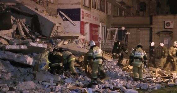 Ekipa ratownicza pracująca na miejscu katastrofy budowlanej w Iżewsku, gdzie w czwartek doszło do zawalenia budynku, znalazła w piątek ciało szóstej ofiary - podało ministerstwo obrony cywilnej, sytuacji nadzwyczajnych i likwidacji skutków klęsk żywiołowych. Ciało zlokalizowano na poziomie piwnic. Było przywalone gruzem - zaznaczono w komunikacie. Trwają poszukiwania dwóch osób uznanych za zaginione.