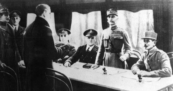 99 lat temu, 11 listopada 1918 r., w wagonie sztabowym w Compiegne, gdzie mieściła się kwatera marszałka Francji Ferdynanda Focha, podpisano zawieszenie broni pomiędzy aliantami a Niemcami, kończące I wojnę światową. Światowy konflikt, który pochłonął życie prawie 10 mln żołnierzy, radykalnie zmienił oblicze ówczesnego świata.