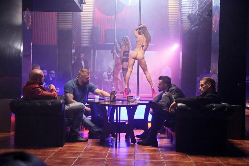 """Twórca superhitów """"Pitbull"""" i """"Botoks"""", Patryk Vega, uderza ponownie! """"Kobiety mafii"""" - nowe dzieło jednego z najpopularniejszych współczesnych polskich reżyserów, to wnikliwe spojrzenie w głąb Grupy Mokotowskiej, która była jedną z największych organizacji przestępczych w Polsce."""