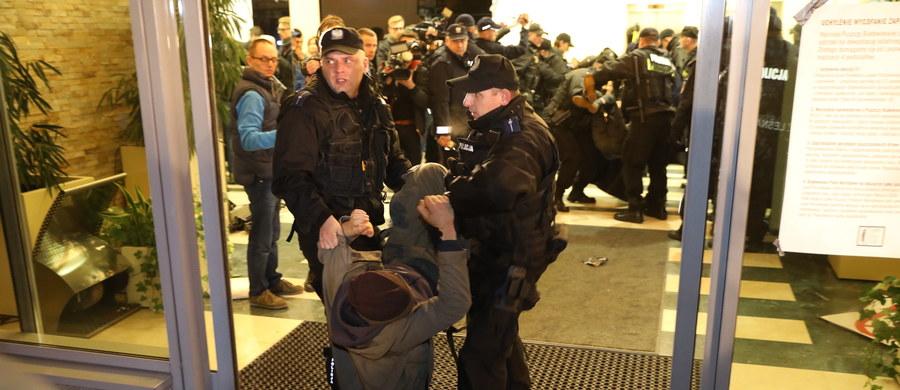22 osoby usłyszały zarzut naruszenia miru domowego, a jedna naruszenia nietykalności cielesnej policjanta - to bilans akcji ekologów, którzy w czwartek wtargnęli do siedziby Dyrekcji Generalnej Lasów Państwowych w Warszawie - poinformowała w piątek PAP policja.