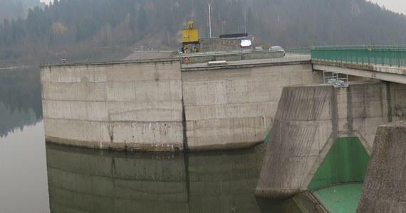 Twoim Niesamowitym Miejscem jest dzisiaj zapora wodna w Niedzicy. Wybudowano ją w latach 1975–1997 niedaleko średniowiecznego zamku. Spiętrza wody Dunajca, tworząc Jezioro Czorsztyńskie.