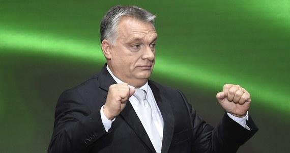 Premier Węgier Viktor Orban został w niedzielę jednomyślnie wybrany ponowie na szefa konserwatywnej partii rządzącej Fidesz na jej zjeździe w Budapeszcie. Zadeklarował, że trzeba wzmocnić dotychczasowe osiągnięcia w kraju, by stały się nieodwracalne.