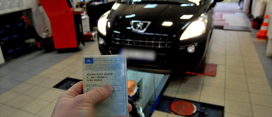 """Nawet 90 procent operacji przeprowadzanych jest ręcznie, a zarejestrowanie samochodu to loteria. Tak po uruchomieniu dzisiaj nowego systemu CEPiK 2.0 wyglądała rzeczywistość w wydziałach komunikacji. Jak radzili sami urzędnicy: z zarejestrowaniem auta lepiej poczekać kilka dni. Ministerstwo Cyfryzacji chwali się tymczasem, że w całej Polsce wydano dziś 9800 dowodów rejestracyjnych i komunikuje: """"Aktualnie system jest w fazie stabilizacji""""."""