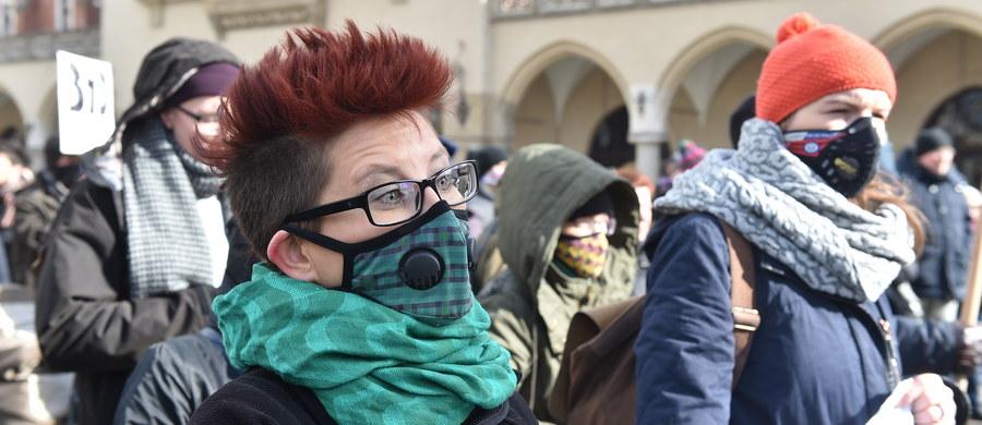 """""""W sprawie walki ze smogiem rząd nie wywiązuje się z obietnic"""" - alarmuje Polski Alarm Smogowy. Według organizacji, żaden z 14 punktów deklaracji, które Rada Ministrów przyjęła na początku roku, nie został w pełni zrealizowany. Nie ma m.in. zapowiadanego na kwiecień rozporządzenia o jakości paliw stałych - dotyczącego tego, czym palimy w piecach."""
